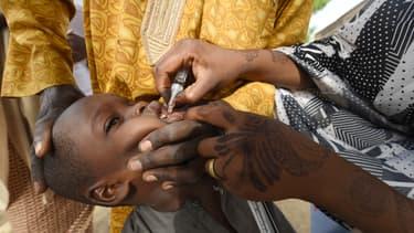 Un enfant est vacciné contre la poliomyélite lors d'une campagne de vaccination dans le nord-ouest du Nigeria en 2017.