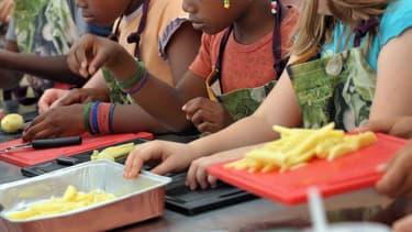 Des enfants participent à un cours de cuisine le 09 juillet 2009 à Strasbourg lors du festival Food Culture (photo d'illustration)