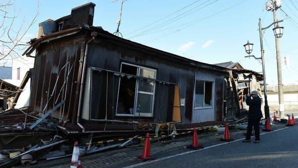 Un touriste à Namie, une ville de la préfecture de Fukushima, le 11 février 2016, cinq ans après le tremblement de terre ayant provoqué l'explosion de la centrale nucléaire.
