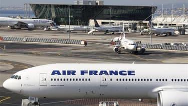 Le Syndical national de pilotes de ligne appelle à la grève, notamment à Air France, du 6 au 9 février pour protester contre le projet du gouvernement d'instaurer un service garanti dans les transports aériens. /Photo d'archives/REUTERS/Régis Duvignau