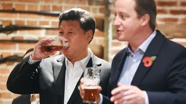 Xi Jinping et David Cameron boivent une bière ensemble.