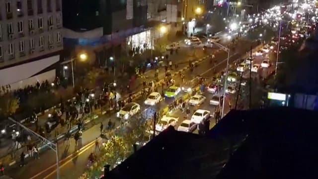 Une image tirée d'une vidéo montre des manifestants anti-régime dans les rues de Téhéran, le 1er janvier.  Il s'agit de l'une des rares images de ces manifestations étant parvenues jusqu'à nous.