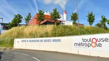 Le réseau, alimenté par la combustion des déchets de la métropole, achemine de l'eau chaude dans des canalisations jusqu'à des stations au pied des bâtiments.