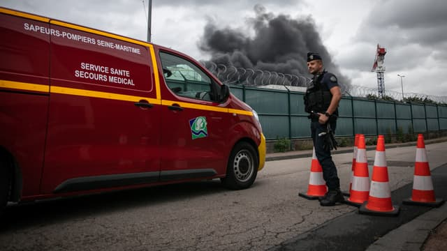 Un camion de pompier passant un barrage à proximité de l'incendie de l'usine Lubrizol, le 26 septembre à Rouen