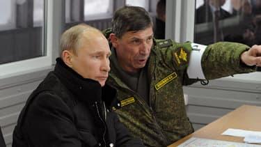 Le président russe Vladimir Poutine, ce lundi 3 mars, avec l'un des principaux chefs de son armée, Ivan Buvaltsev, pendant un exercice militaire dans la région de Leningrad.