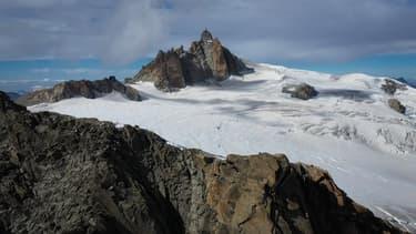 Vue aérienne de l'Aiguille du midi dans le massif du Mont-Blanc, le 18 septembre 2019.