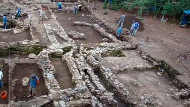 Des archéologues ont découvert neuf tombes de la culture Huari au Pérou, à une trentaine de kilomètres du Machu Picchu, sur le site d'Espiritu Pampa, dans la région de Cuzco. Les archéologues ont notamment trouvé plus de 100 céramiques, 233 pièces d'argen