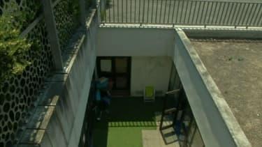 Dans une école de Toulouse, située en sous-sol et avec des verrières sur le toit, la canicule rend la journée difficile pour les enfants