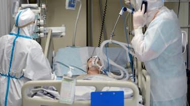 Des soignants s'occupent d'un patient atteint du Covid-19 dans l'unité de soins intensifs de l'hôpital Mariinsky, le 7 juillet 2021 à Saint-Pétersbourg, en Russie