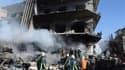 Pompiers syriens sur les lieux d'une explosion à Damas. Plusieurs civils et des membres des forces de l'ordre syriennes ont été tués samedi par deux explosions qui se sont produites aux abords de centres des services de sécurité dans la capitale syrienne,