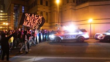 Des partisans de Black Lives Matter manifestent mardi 20 avril à Columbus dans l'Ohio, après la mort d'une adolescente noire de 16 ans tuée par la police.