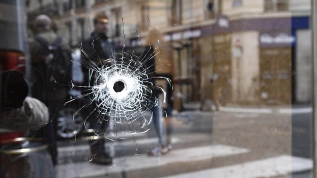 La vitrine d'un restaurant rue Monsigny, à Paris, où Khamsat Azimov a été abattu le 12 mai au soir.