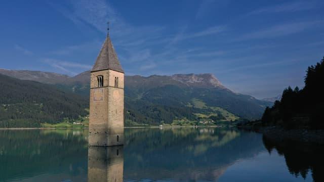 Seul le clocher de l'église du village italien de Curon est habituellement visible pour les touristes.