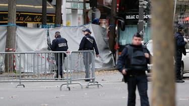 Des policiers montent la garde sur le périmètre de sécurité dressé autour du Bataclan.