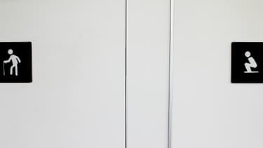 Portes de toilettes à Singapour, en août 2012.