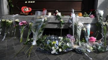 Des fleurs déposées dans la rue où deux policiers ont été tués à Liège