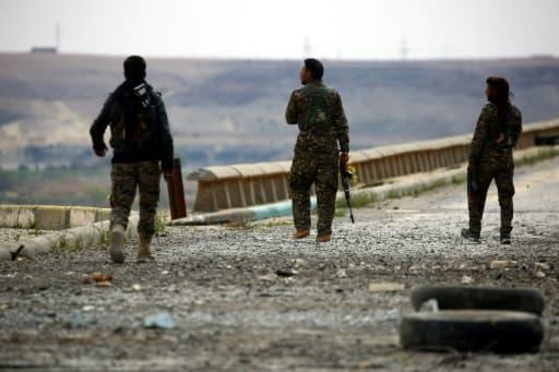 Des combattants des Forces démocratiques syriennes inspectent le barrage de Tabqa, le 27 mars 2017 partiellement repris aux jihadistes de l'EI