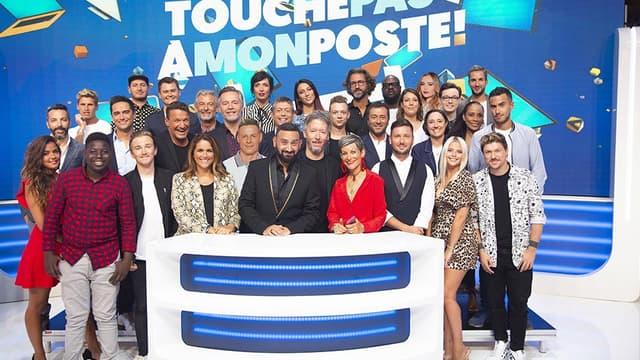 Cyril Hanouna entouré de son équipe de chroniqueurs, sur le plateau de Touche pas à mon Poste!
