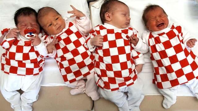 Des nouveaux-nés disposés sur une couchette dans une maternité en 2006.