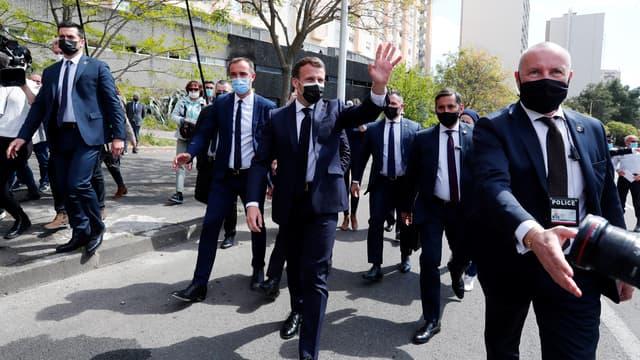 Emmanuel Macron entouré de gardes du corps lors d'un déplacement à Montpellier, en avril 2021.