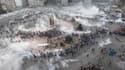 En tirant des grenades lacrymogènes et en utilisant des canons à eau, la police turque a repoussé mardi soir des milliers de manifestants qui tentaient de réinvestir la place Taksim, à Istanbul. /Photo prise le 11 juin 2013/REUTERS/Osman Orsal