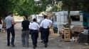 Contrôle policier dans un camp de Roms à Aix-en-Provence. Le gouvernement s'est employé mercredi à défendre son traitement de la minorité Rom, très critiqué, et a fait valoir qu'il ne faisait qu'appliquer la loi en renvoyant chez eux des immigrés sans-pap