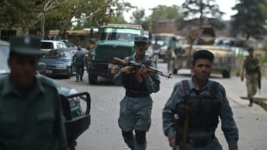 Des policiers afghans sur les lieux d'un attentat-suicide dans le district de Paghaman, à 21 km à l'ouest de Kaboul, le 16 septembre 2015