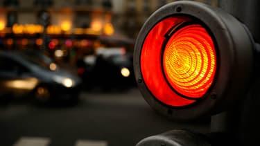 Inventé le 5 août 1914 à Cleveland, aux Etats-Unis, le feu rouge n'a plus vraiment la cote dans les centres-villes français.