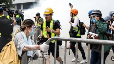 Les forces l'ordre dispersent la foule hongkongaise à l'aide de gaz lacrymogène, le 12 juin 2019 - DALE DE LA REY / AFP