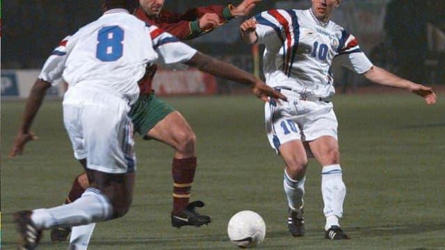 Luis Figo face à Zinedine Zidane en 1997