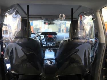 L'habitacle d'un taxi après l'installation de la protection transparente.