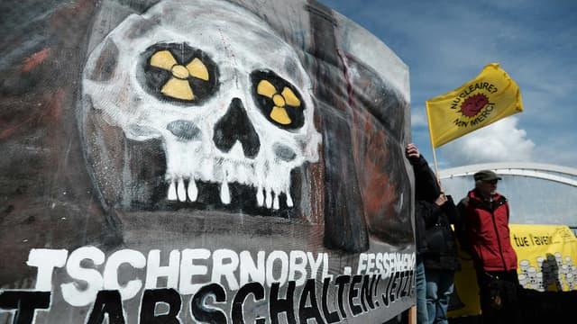 Des activistes anti-nucléaire français et allemands  manifestent à l'occasion des 30 ans de la catastrophe de Tchernobyl sur le pont reliant Strasbourg à la ville allemande Kehl, le 24 avril 2016.