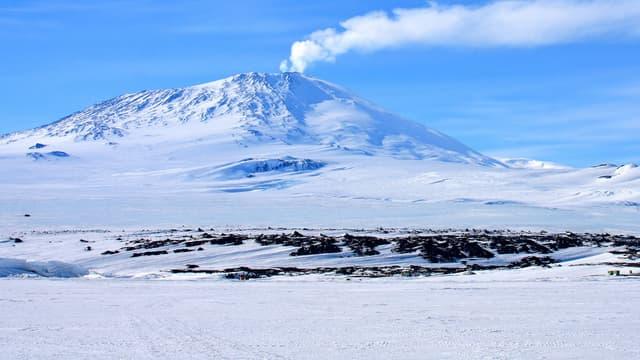 Le mont Erebus culmine à 3.794 mètres d'altitude.