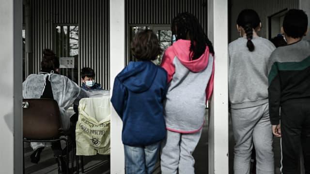 Elèves d'une école à Eysines (Gironde), faisant la queue pour un test salivaire, le 25 février 2021