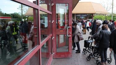 Des gens en train de faire la queue pour entrer dans une patinoire de Francfort, après avoir été évacués ce mercredi.