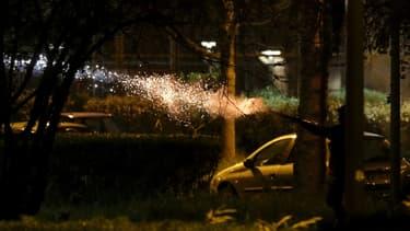 Tirs de mortiers d'artifice à Villeuneve-la-Garenne (Hauts-de-Seine) dans la soirée du 20 avril 2020