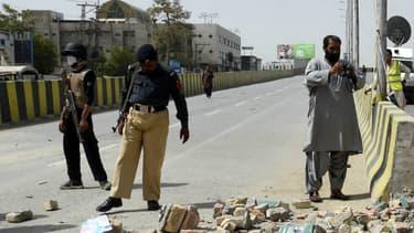 Les officiers de sécurité pakistanais inspectent les lieux du drame où 13 personnes ont été blessées.