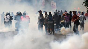 Des heurts ont opposé plusieurs centaines de partisans de l'opposant Henrique Capriles aux forces de police, lundi à Caracas, où le gouvernement a exclu tout recomptage des bulletins de vote après la présidentielle vénézuélienne de dimanche, qui a vu la v