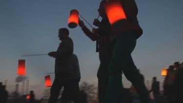 La retraite au flambeau a rassemblé entre 350 et 400 salariés de la raffinerie Petroplus près de Rouen