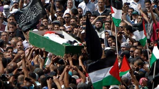 Le cercueil transportant le corps de Mohammad Abou Khdeir, 16 ans, est porté par la foule à Jérusalem-Est, vendredi 4 juillet, jour des funérailles.