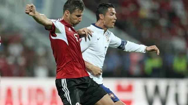 Lorik Cana en duel avec Cristiano Ronaldo
