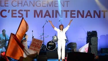 Yannick Noah fêtera la victoire de François Hollande à la Bastille le 6 mai 2012, ce qui lui vaudra les critiques de la droite
