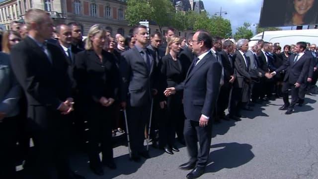 Un homme refuse de serrer la main de François Hollande.