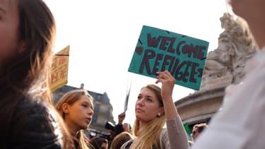 Des centaines de personnes se sont réunies à Paris en solidarité avec les migrants.