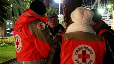Bénévoles de la Croix-Rouge auprès de sans domicile fixe à Nice.