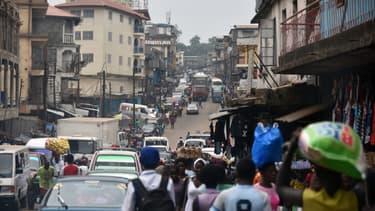 Des gens marchent dans une rue de Freetown, la capitale du Sierra Leone, le 22 janvier 2016.