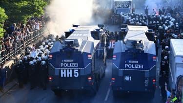 La police charge les manifestants à Hambourg, le 6 juillet.