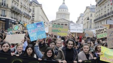 Manifestants pour le climat à Paris, devant le Panthéon, le 15 mars 2019.