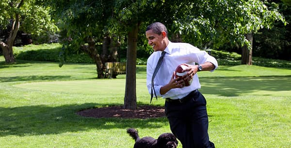 800px-Barack_Obama_runs_away_from_the_family_dog_2009-05-12.jpg
