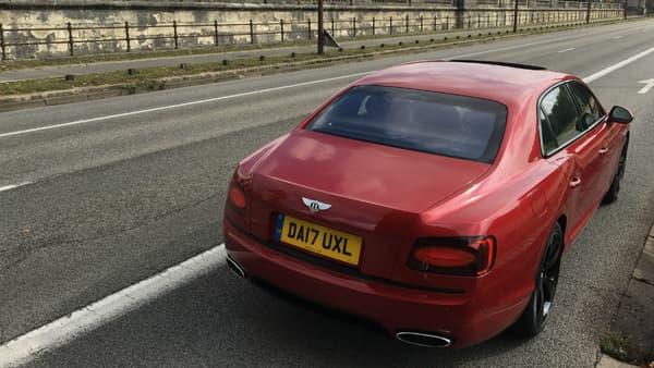 A l'arrière, la Flying Spur offre 475 litres de coffre, soit un peu moins que la concurrence : 490 litres sur une Mercedes Classe S, 515 sur une BMW Série 7.